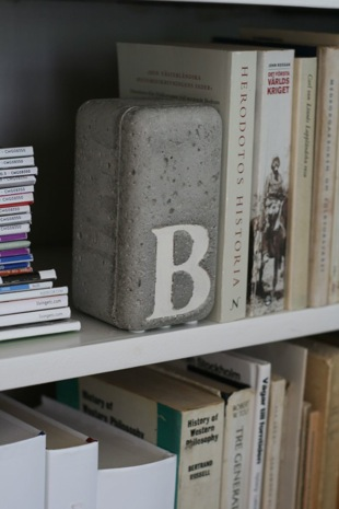 DIY Concrete bookend from Chez Larsson by TheBeatThatMyHeartSkipped